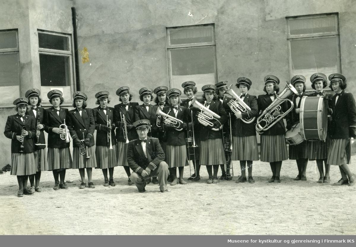 Vadsø. Gruppebilde av det første jentekorpset i Finnmark. 1951.