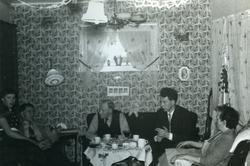 Honningsvåg. I stua til familien Grøtta i Elvedalen. Jul 195