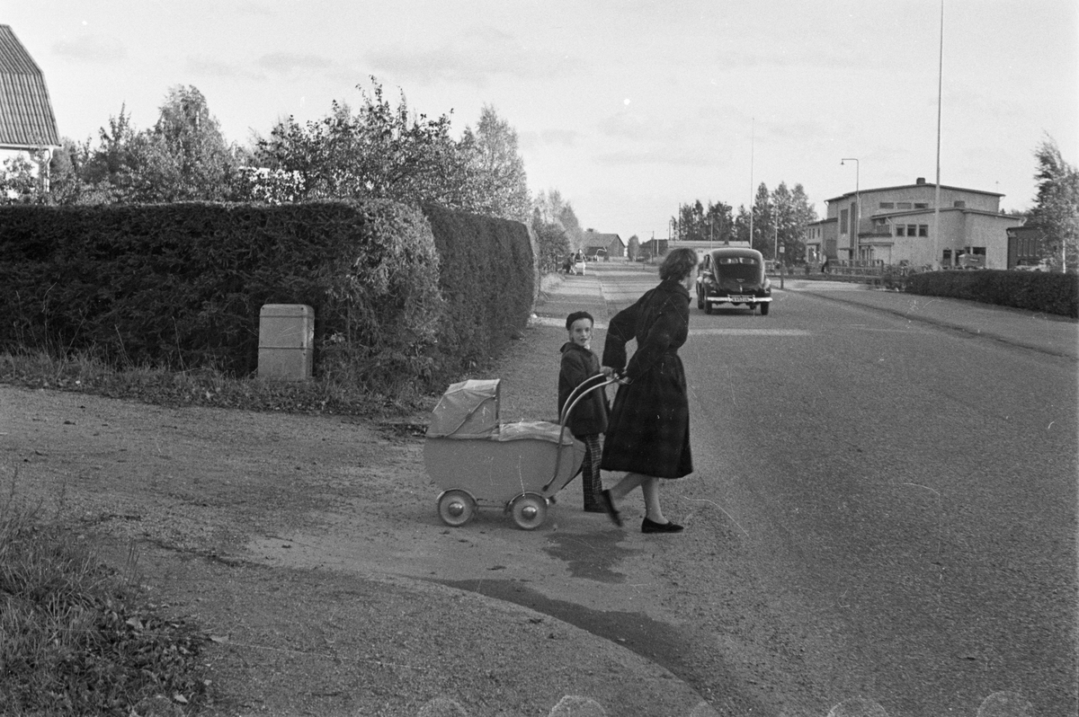 Vägdagen - väg genom bostadsområde, Uppland 1954