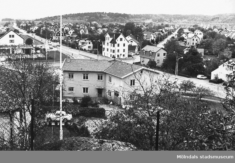 Vy över bostadsbebyggelse på Solängen i Mölndal, år 1975. I förgrunden ses huset Frölundagatan 31. Från höger till vänster ses Frölundagatans sträckning västerut. Till höger ses även Idunagatan. AF 3:17.