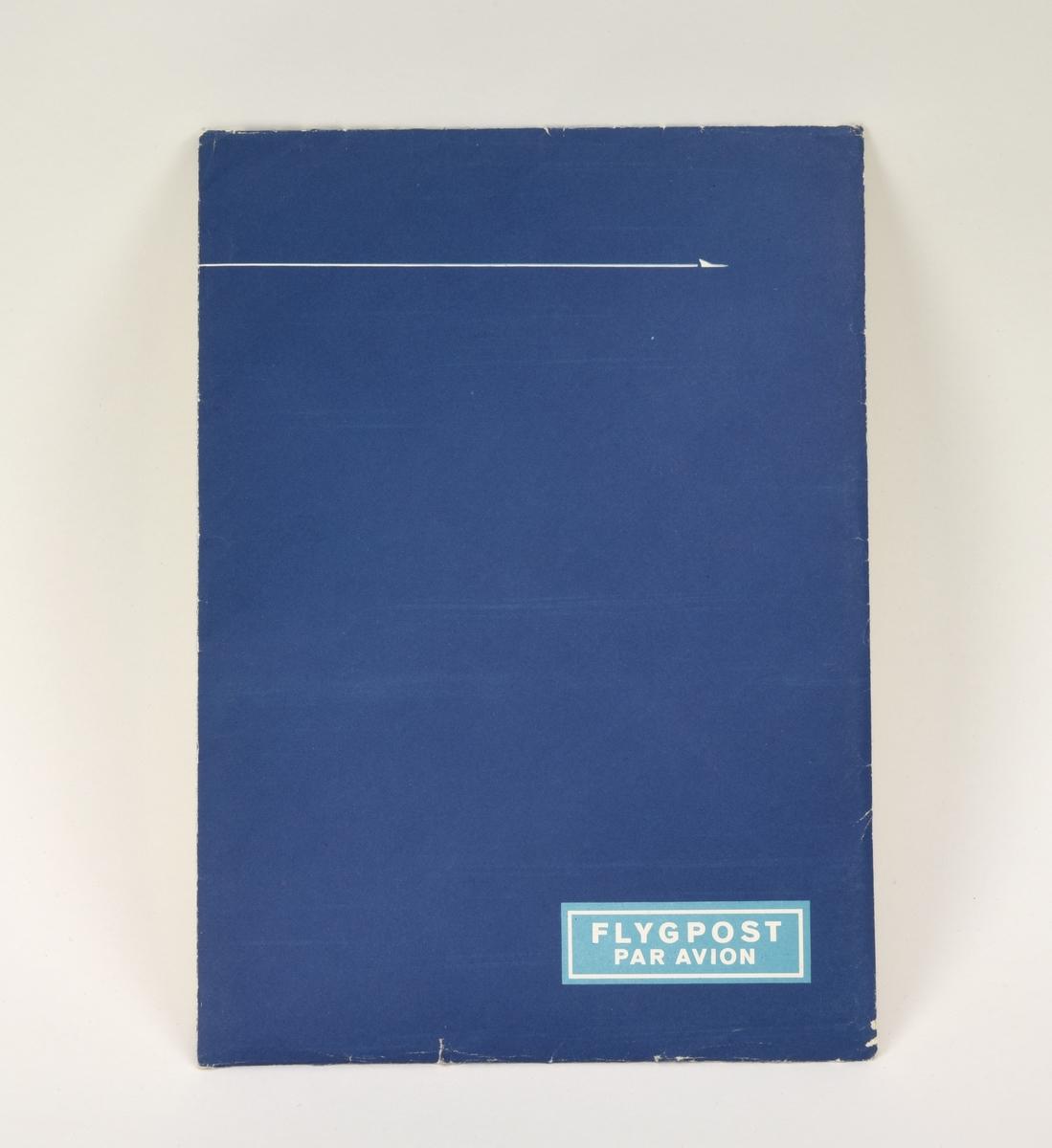 """Kuvert innehållande brevpapper och kuvert för flygpost. Kuvertet har en blå framsida med en vit linje över övre delen som avslutas med ett stiliserat flygplan. I nedre högra hörnet finns en ljusblå ruta med vit ram och text: """"FLYGPOST"""" och """"PAR AVION"""". Baksidan är vit och har Ljungdahls logotyp på mitten, därunder en prislapp med röda siffror: """"Kr 1.55"""". I nedre högra hörnet finns information om kuvertets innehåll inom en blå rektangel. I det vänstra finns texten """"Flygpost nr 1652 15/10"""".  Kuvertet innehåller: 5 kuvert för flygpost med blå-gulrandig bård runt kanterna och texten """"FLYGPOST"""" och """"PAR AVION"""" inom en blå ruta i övre vänstra hörnet. Insidan är blå med vita prickar. 1 linjerat A5-blad, lite kraftigare papper 3 vikta buntar med 4-5 A4-blad vardera i tunnare kvalitet."""