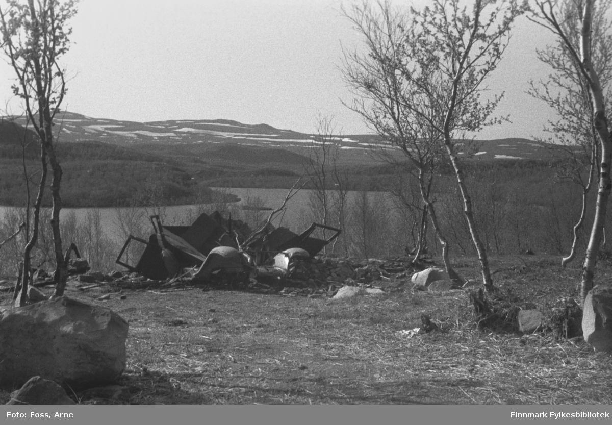 Bilvrak, fotografert i et sted i Tana, i mai-juni 1947. (Muligens fra samme sted FBib.96005-273).