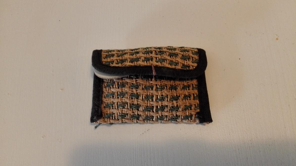 Form: Rektangulær liten pung i konvoluttfasong. 1 pung.  Inneheld merkelappar.