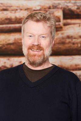 Mann med skjegg kledd i svart genser