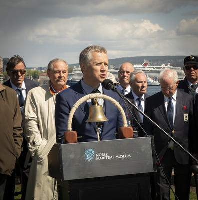 Bjørn Tore Rosendahl holder tale ved Krigsseilermonumentet