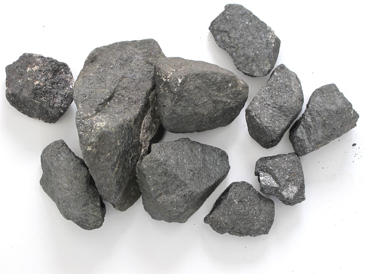 En trekasse med jernmalmstykker, sannsynlig antall 30 - 40.