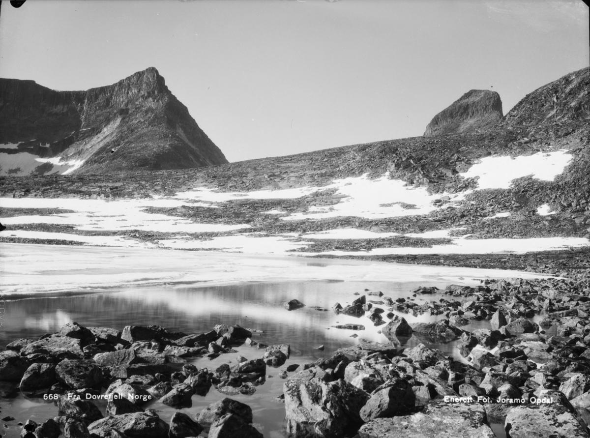 Dovrefjell, Store Langvasstind til venstre med glimt av Larstinden til høyre.