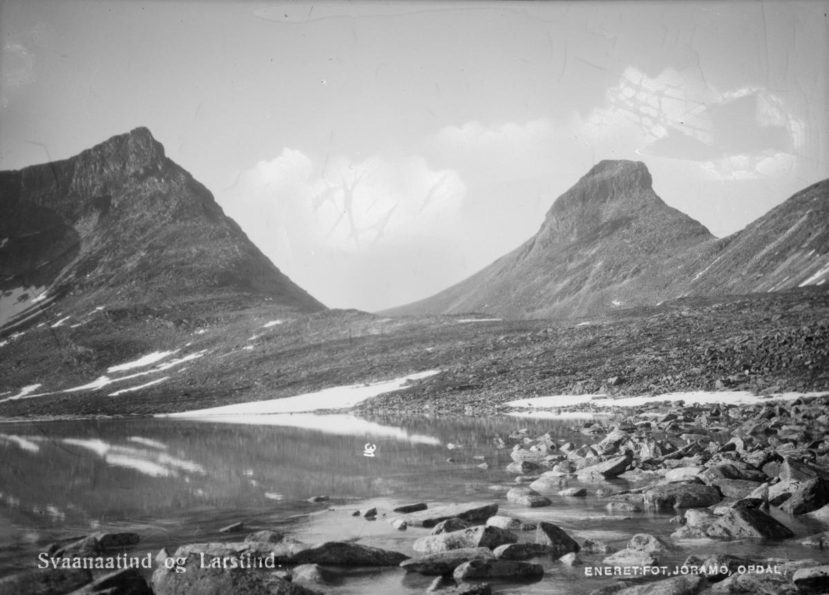 Dovrefjell, Store Langvasstind til venstre med Larstinden til høyre. Påskrift: Svaanaatind og larstind
