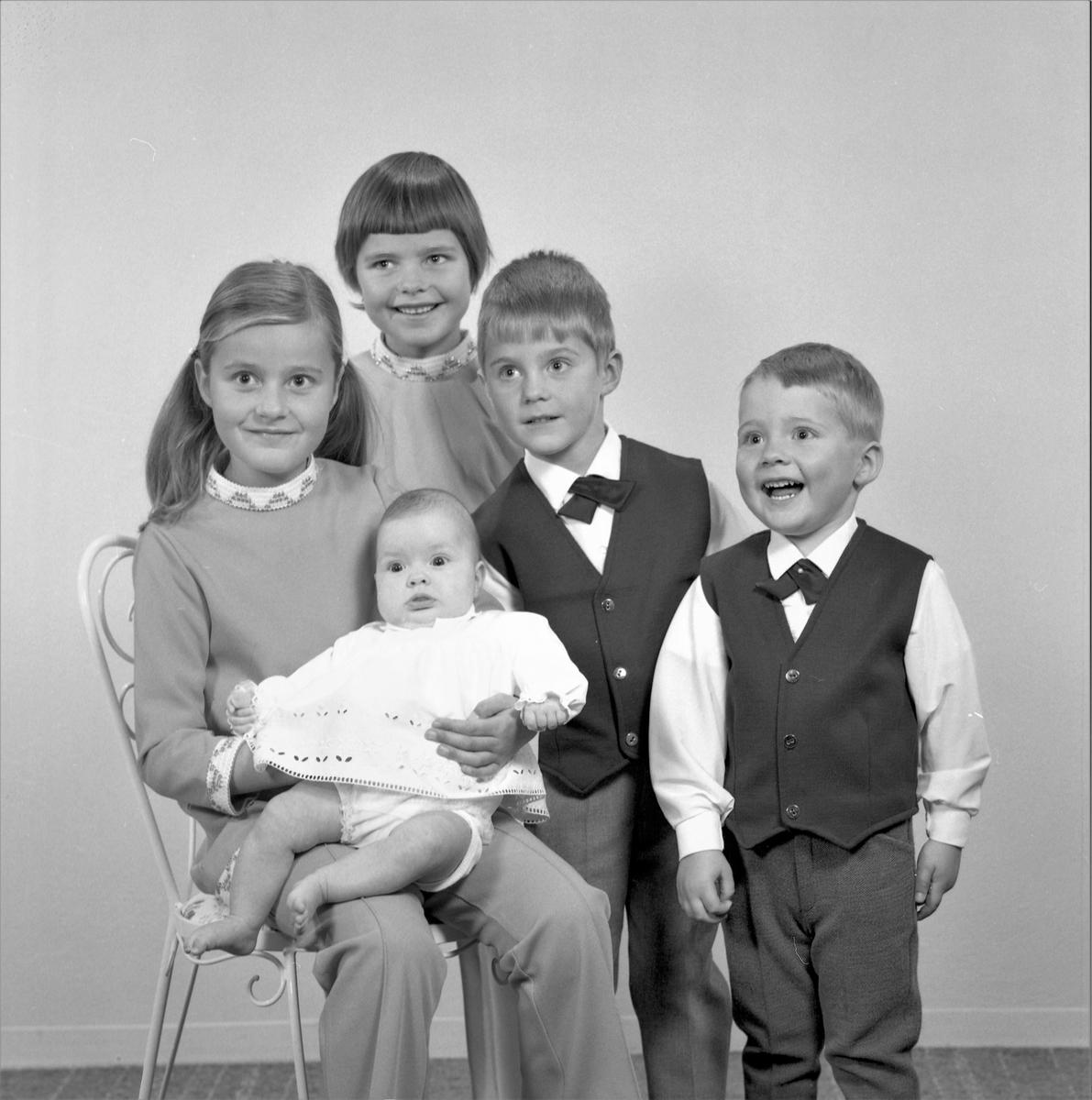 Portrett. Familiegruppe på fem. To piker, to gutter og et lite barn. Bestilt av Leif Milje. Spannaveien
