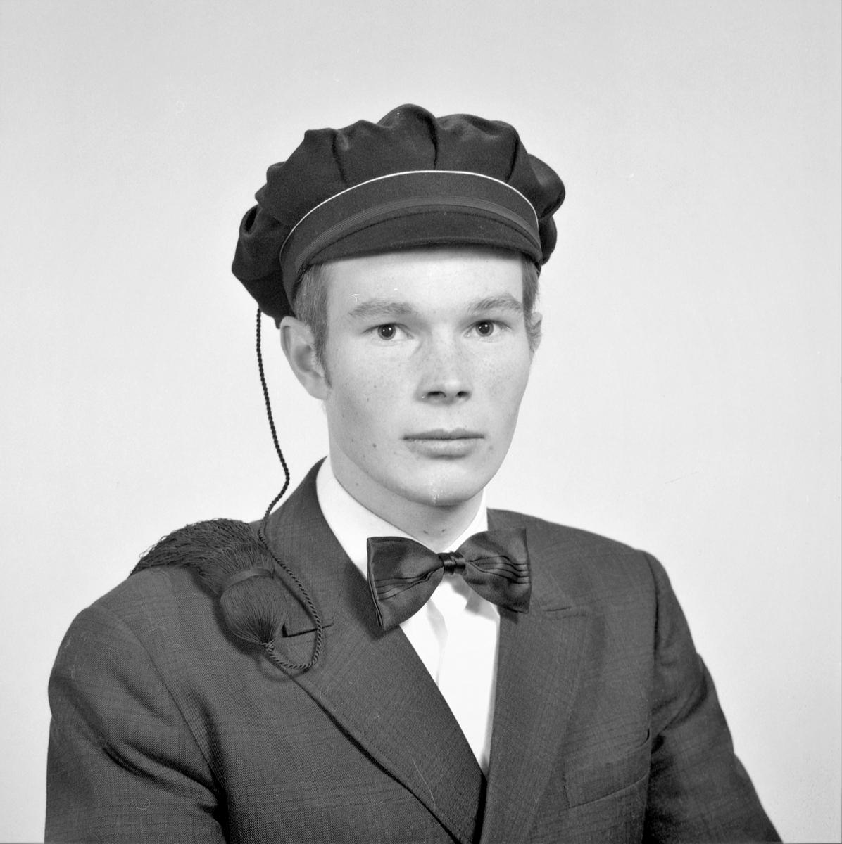 Portrett. Ung mann med studenterlue. Bestilt av Trygve Sundve. Austreimveien 11