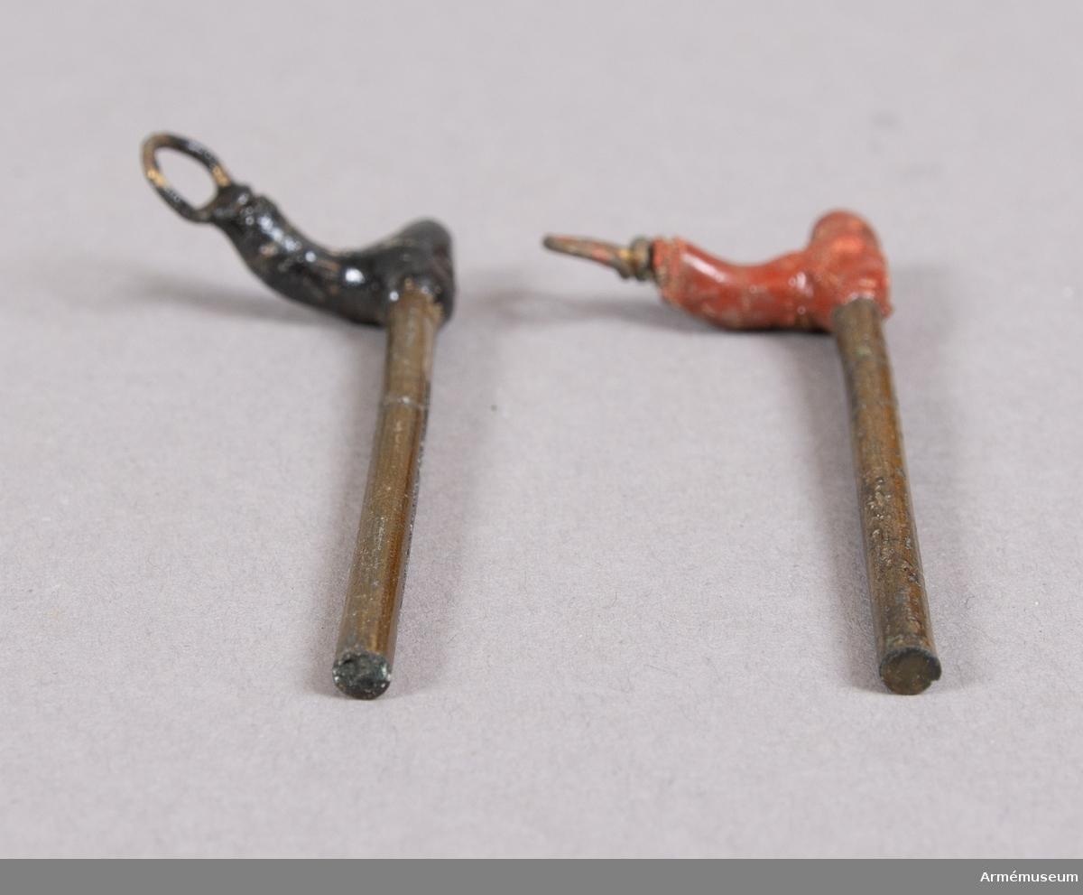 Grupp F II. Friktionsrör av Siemens konstruktion år 1841 i elva delar. Antändning skedde genom den med friktionssats bestrukna armens (rivarens) gnidning mot det i röret befintliga mjölkrutet. Därtill användes antändningsrem (fyrsnöre). Två stycken olika fyrrör i tillverkningsstadier, en kort och en lång.