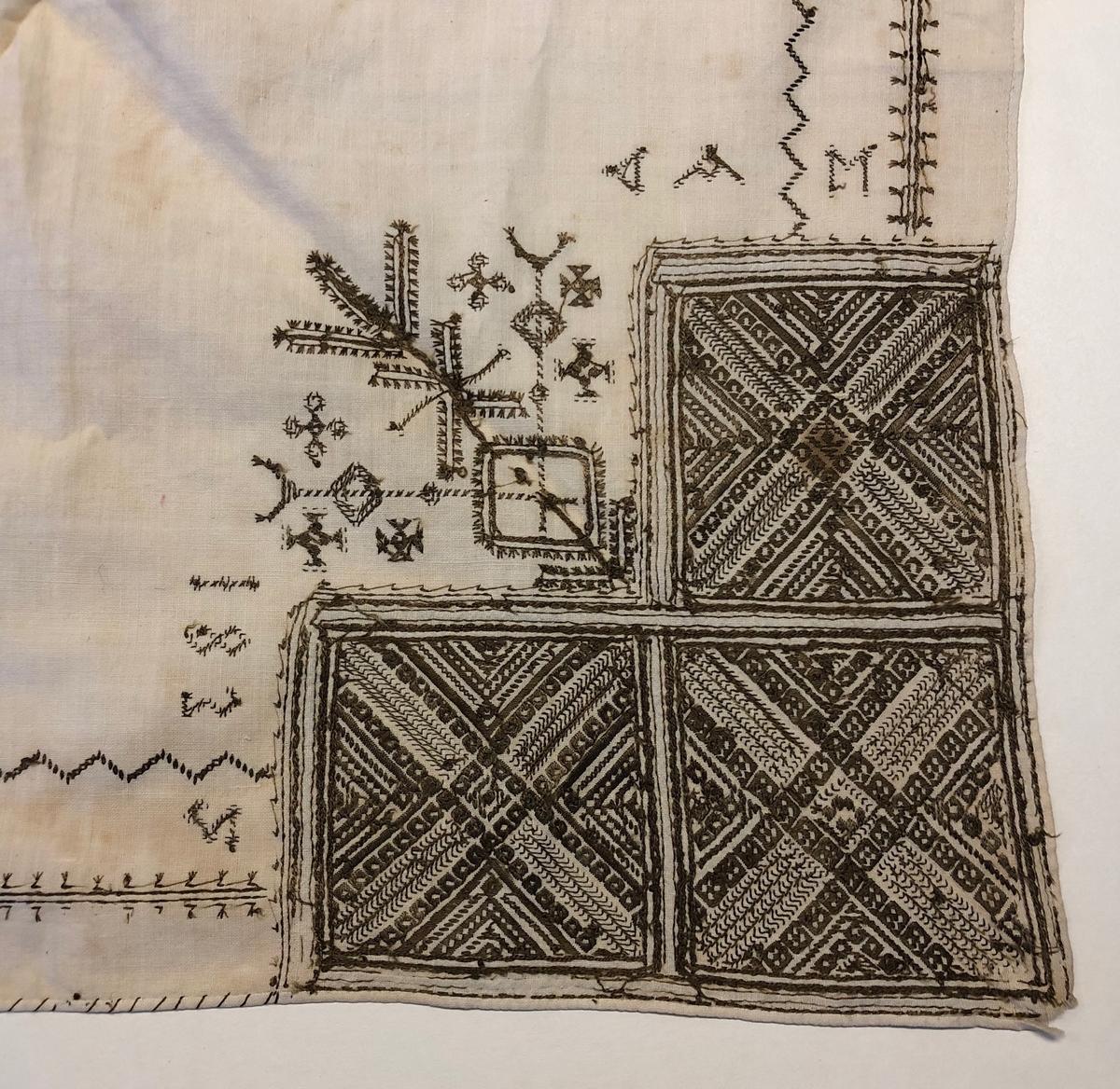 Geometriskt mönster  i kvadrater i hörnen. Två bårder mellan kvadraterna på ryggsnibb och framsnibbar.  På ryggsnibben tre kvadrater  och en  majstångsspira samt märkning med årtal och initialer.  På varje framsnibb en kvadrat och en trekant. Sexton  ornament