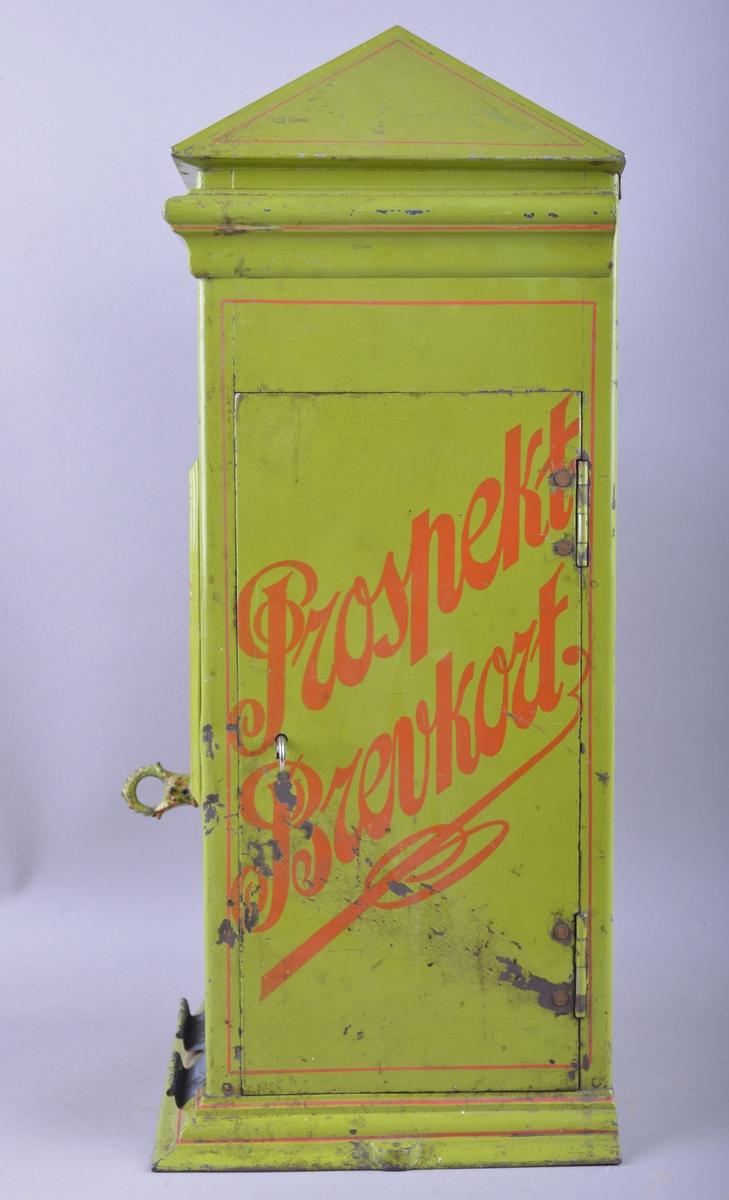 Rektangulær automat som solgte postkort. Automaten har myntinnkast med en uttrekkbar hendel. To postkort vises på framsiden av automaten. Malt overflate av metall.  Selve automaten har en klassisistisk form og teksten «Prospektbrevkort» har Jugendpreg.    Flere tiøringer ligger inne i automaten. Disse er fra nyere tid, og det kan tenkes at automaten enten har vært i bruk over lang tid eller blitt brukt i utstillingsformål ved Trondhjems Sjøfartsmuseum.