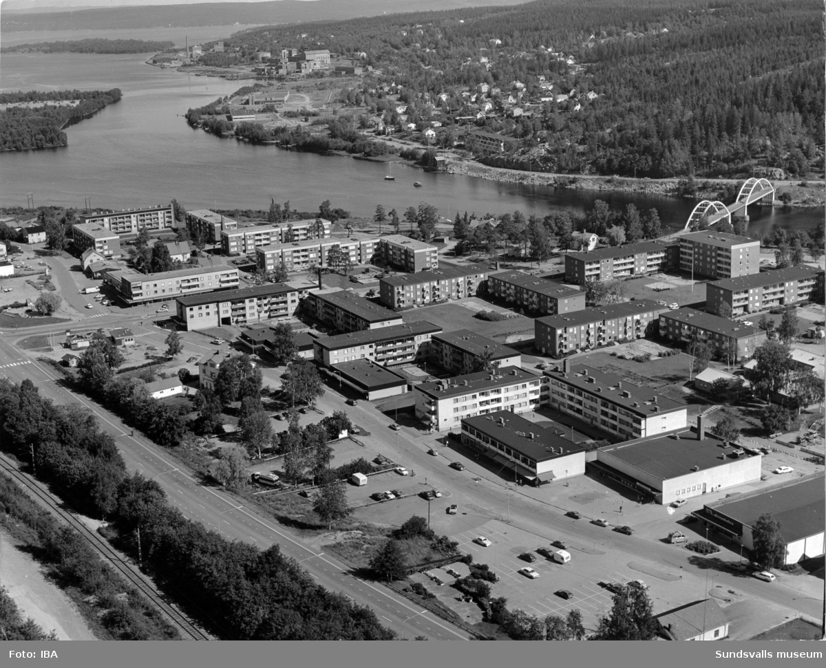 Flygfoto över centrum i Kvissleby med Harabergsbron till höger och Essvik på andra sidan.