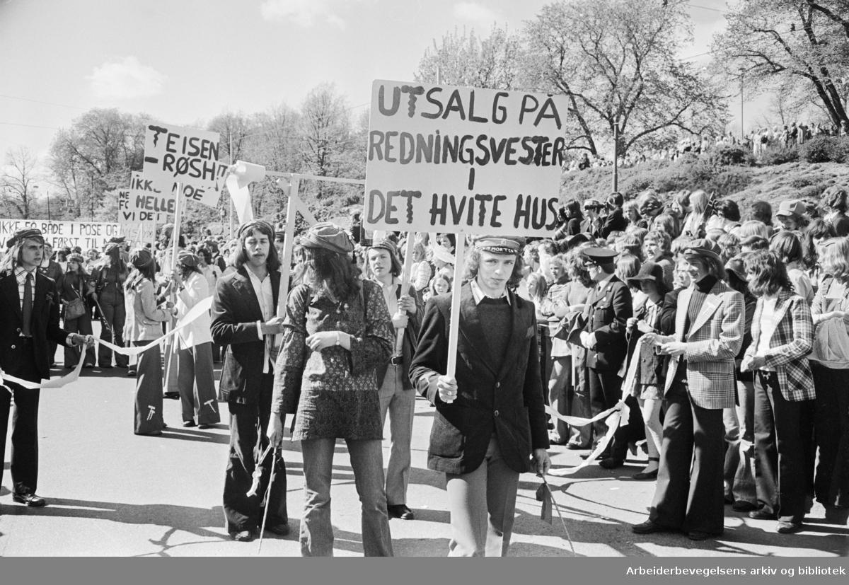 Russetoget, 17. mai 1973 i Oslo. Elever fra Teisen gymnas. Parole: Utsalg på redningsvester i det hvite hus.