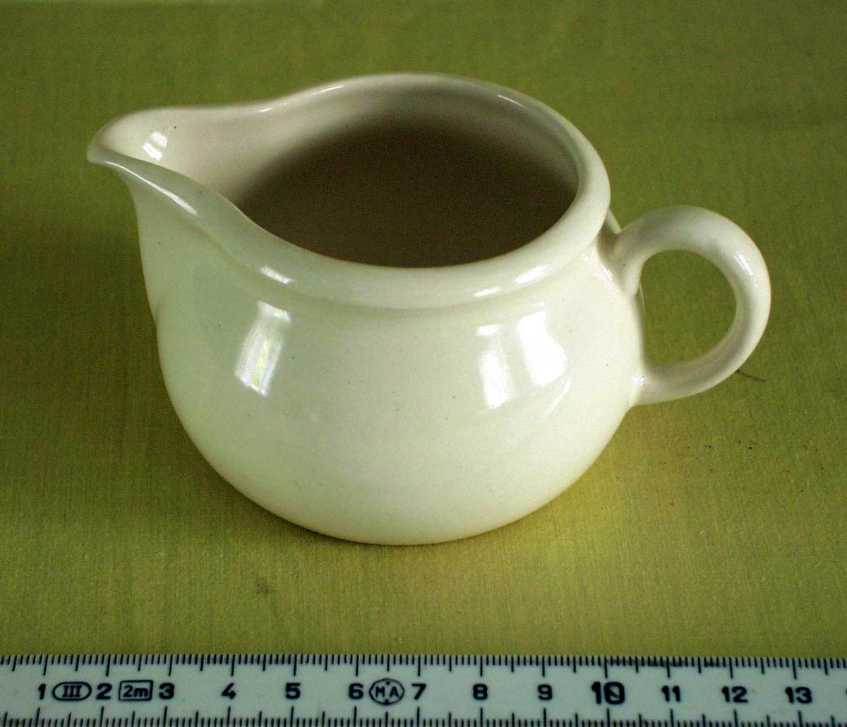 Liten, hvit keramisk mugge. Brukt til å servere fløte til kaffe/te.