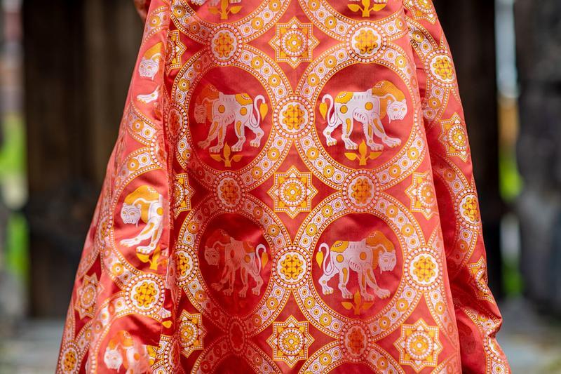 Astrids kjole kan ha vært i rød, bysantinsk silke med dragemønster, kappe og pelskant. Se denne og flere andre flotte historiske drakter i denne utstillingen. Foto: Thomas Andersen