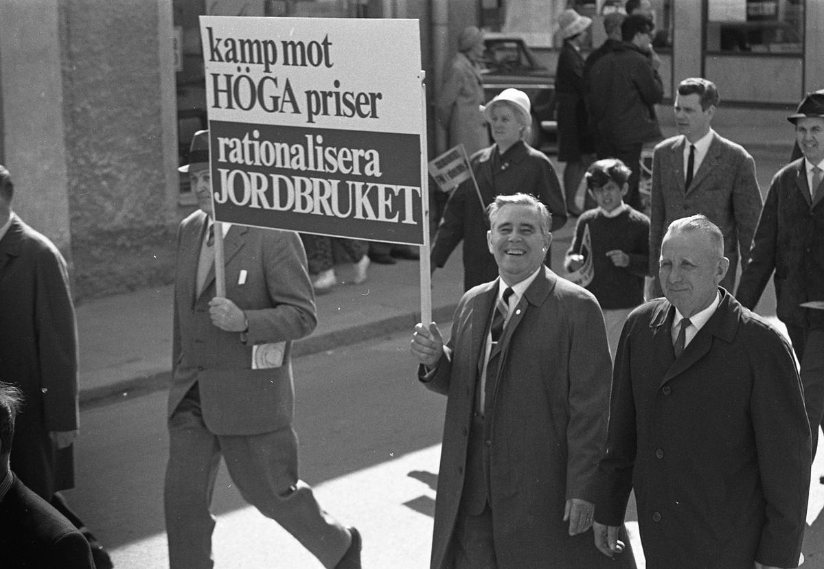 1:a majtåg. Demonstration. Demonstranter tågar, med plakat, på Nygatan.  Nils Brodin, drätselkammarens ordförande, ler mot fotografen.