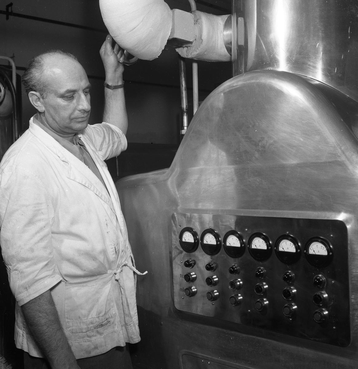 Arboga Margarinfabrik, interiör. Man vid maskin.  Mannen heter Harald Johansson.  Denna bild finns med i Reinhold Carlssons bok Arboga objektivt sett.  Läs mer om Arboga Margarinfabrik i Arboga Minnes årsbok 1978.