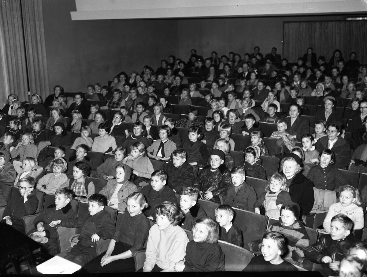 Barnfilmklubben. Nästan fullsatt i biosalongen.