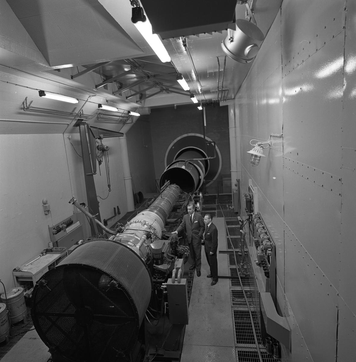 CVA interiör. Ljuddämparen för motorprovning monteras. Anders Högfeldt till vänster. Centrala Verkstaden Arboga