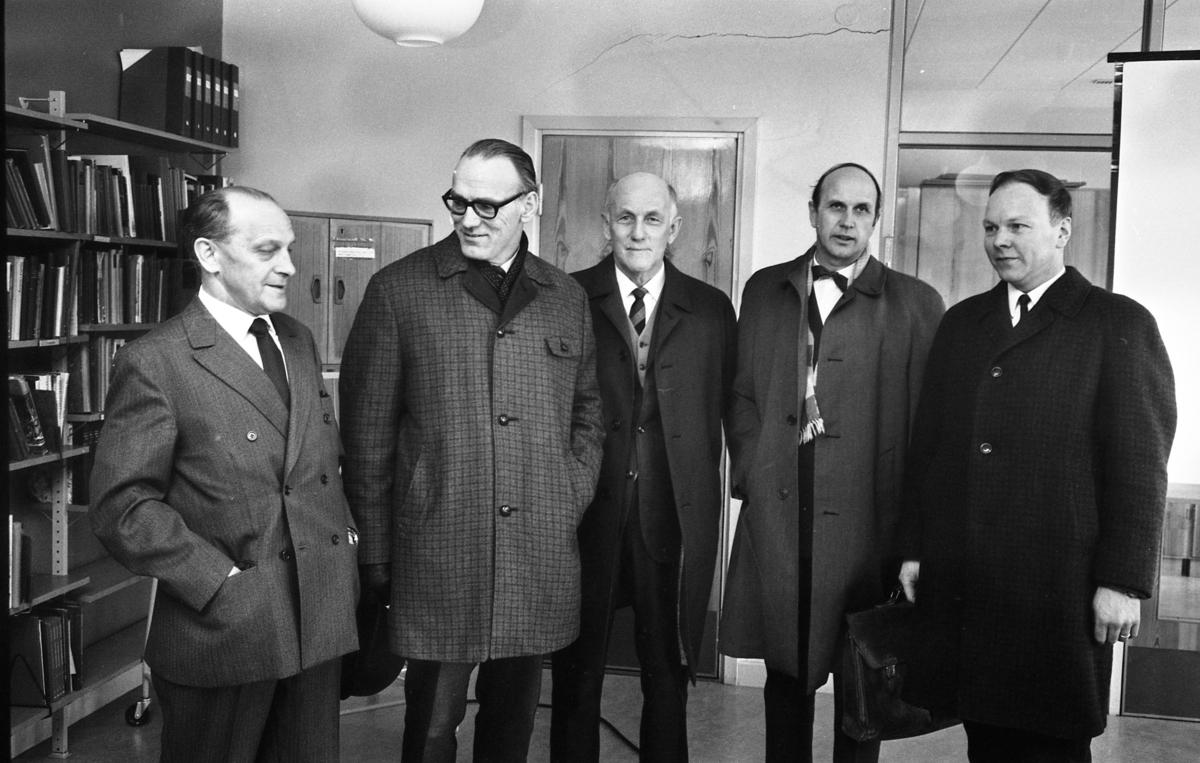 Från vänster: Tore W Ekman (skolstyrelsens ordförande), Walter Falk (lärare), Bror Gustavsson (rektor), okänd och okänd