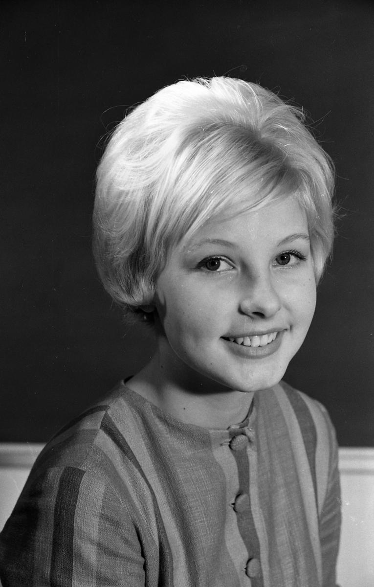 En av skolans Luciakandidater. Porträtt av blond flicka.