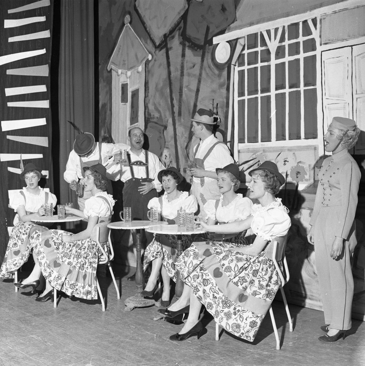 Årets lokalrevy. Här är skådespelarna klädda i tyrolerkläder. Mannen till höger är Larz-Thure Ljungdahl. Kvinnan i mitten är Berit Österberg.
