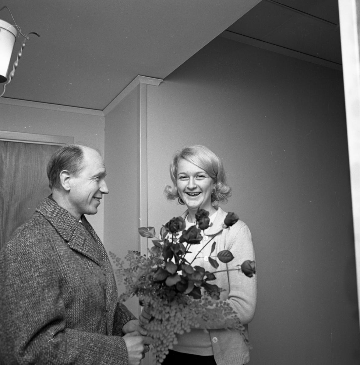 Lars Erjö, från Lions Club, knackar på hos Ann-Britt Gustafsson och meddelar att hon blivit vald till Årets Lucia! Han överlämnar en blombukett.
