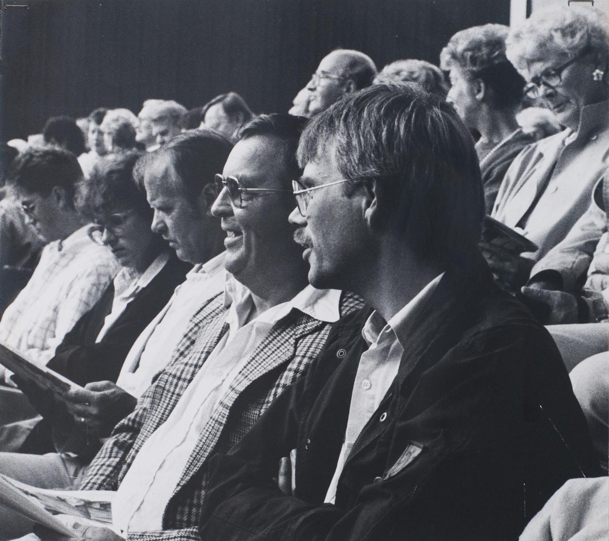 """Giv oss fred, även kallat Arbogaspelet. Publik. Föreställningen spelas på museets innegård.  Giv oss fred är ett teaterstycke skrivet av Rune Lindström 1961. Handlingen, som är inspirerad av Arbogas klosterhistoria, är förlagt till början av 1500-talet. Uruppförandet skedde den 11 augusti 1962 och Rune Lindström spelade Engelbrekt Gertsson. Lions Club i Arboga stod för arrangemanget. Föreställningarna regnade bort och det blev ett stort ekonomiskt bakslag för föreningen. Spelet har framförts igen; 1987, 1988, 2012 och 2015 av medlemmar i """"Bygdespelets Vänner""""."""