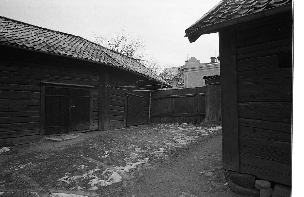 Kvarteret Tullnären, exteriör från innegården. Det är vinter och snö. Adressen ligger mellan Storgatan - Trädgårdsgatan och Herrgårdsgatan - Paradisgränd.