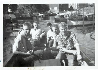 På vei ut Akerselva med motorbåten til Olsen. F.v. Harald Karlsen, Roger Johansen, Tor Pedersen, Kent Johansen og Olaf Olsen.