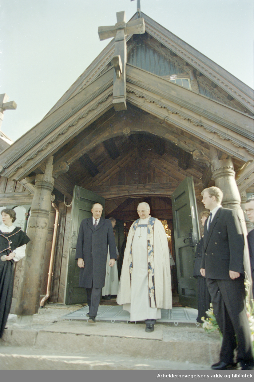 Oslo: Holmenkollen kapell. Kong Harald og biskop Aarflot i det nyvigslede kapellet. 3. mars 1996
