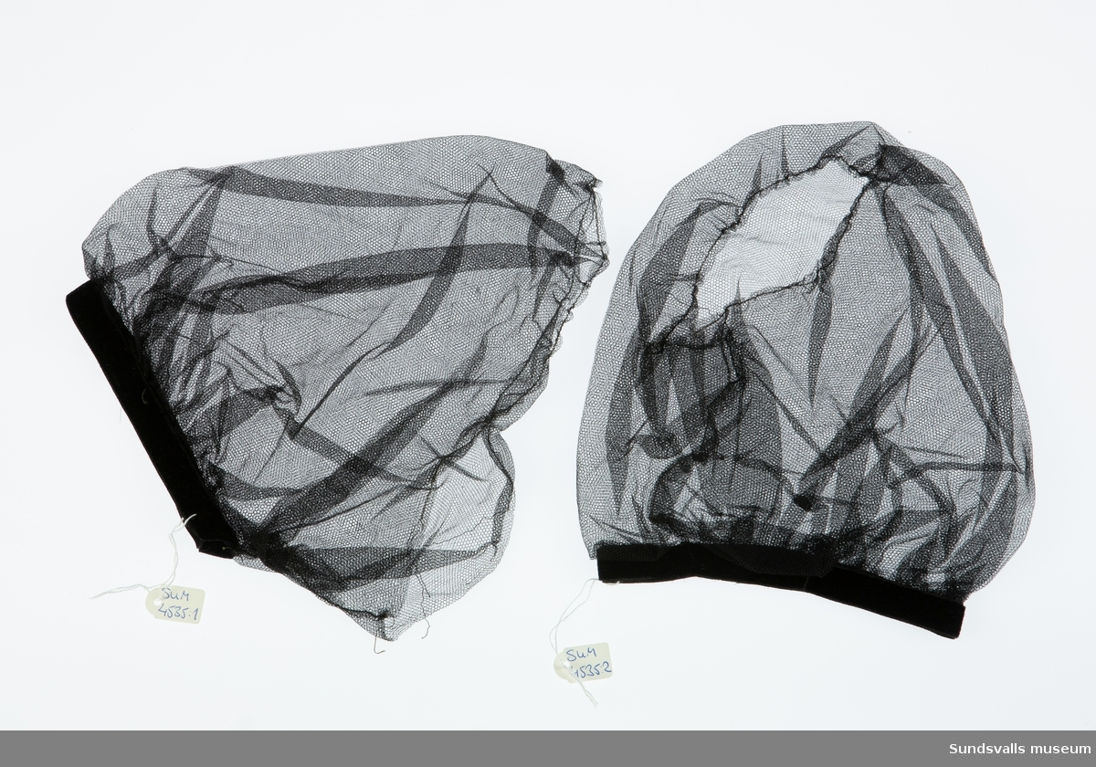 Ett par puffärmar i svart tyll med kantband i sammet.