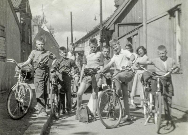Her er Enerhaugsgjengen klar for sykkeltur. Det var turer hver helg. Sykkelturene gikk til badeplasser i Osloområdene, blant annet Bekkensten med overnatting, markaturer, krepseturer til Lysern, eller langturer til Sørlandet. Bildet er tatt utenfor Langleiken 9. (Foto/Photo)
