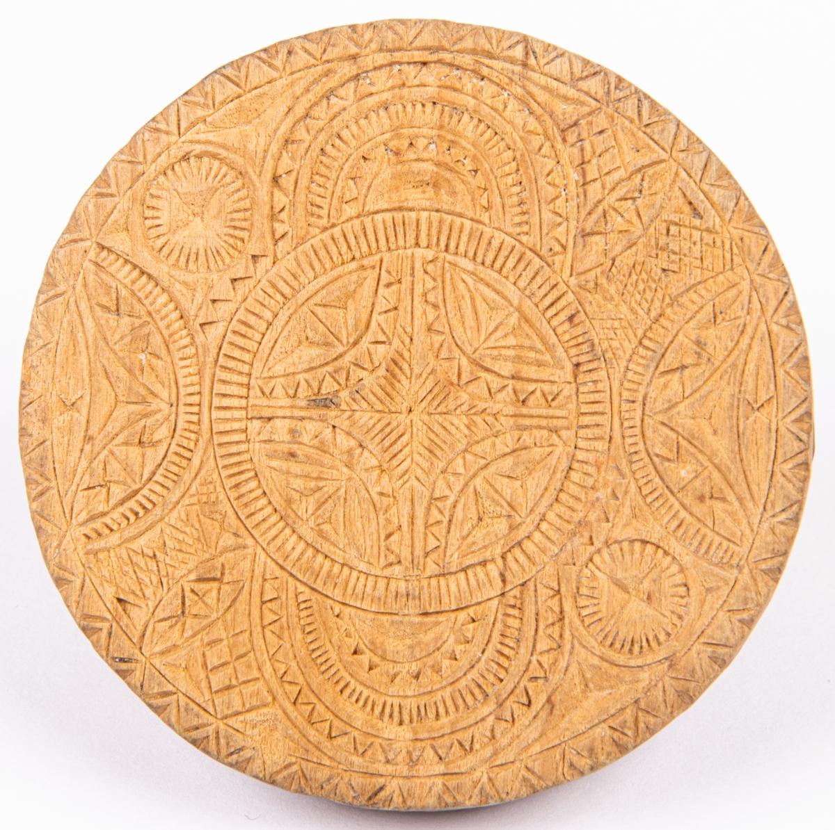 Acc.katalog. Kakformar, messmörkrus av trä snidade, 6 st. Tre märkta; VPD 1849, AOD 1821, MFD 1829.  Lappkort. Messmörkrus, kakstämplar av björkträ, 6 st. Anv i kyrkan.  b/ runt, med utskuret bågformigt handtag, ristat geometr. mönster. Diam. 6,6 cm.