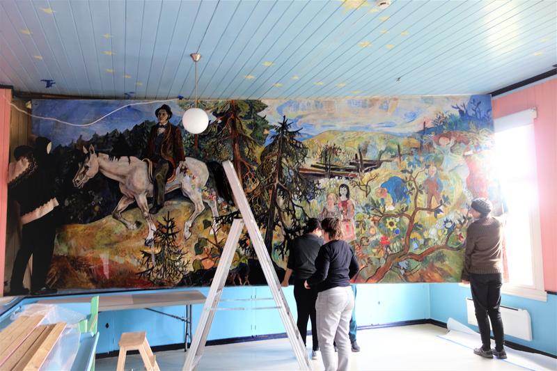 Maleriet er løs fra veggen. MiA-ansatte er del av støttekorpset. Foto: MiA. (Foto/Photo)