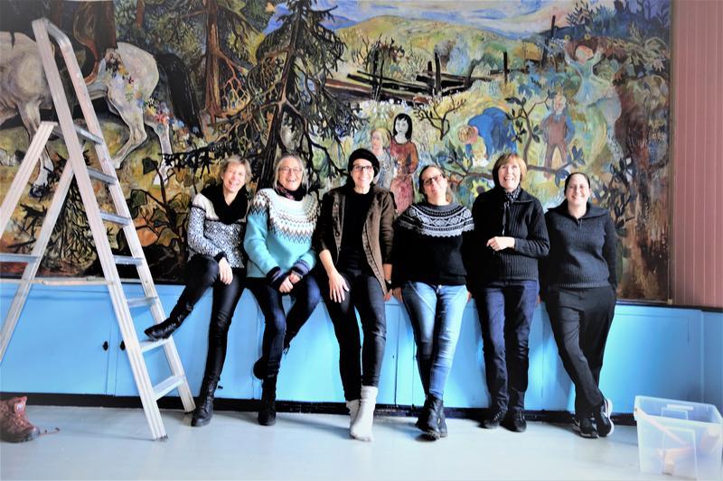 Maleriet er tilbake på fondveggen. En glad arbeidsgruppe foran verket. Foto: MiA. (Foto/Photo)