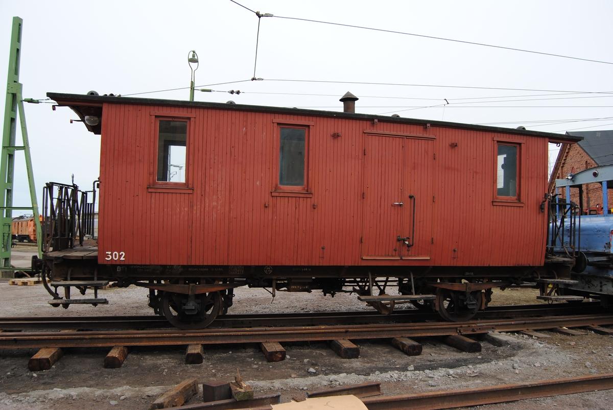 Personvagn för tredje klass och resgods, SJ CFt nr 302.  Spårvidd: 1067 mm. I skick som vid avställningen kring 1970, slitet ytskikt.