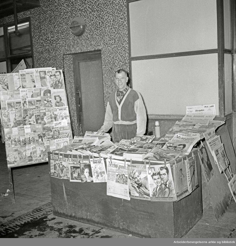 Avisselger Thorstein Pedersen i Folketeaterpassasjen. Juli 1956.