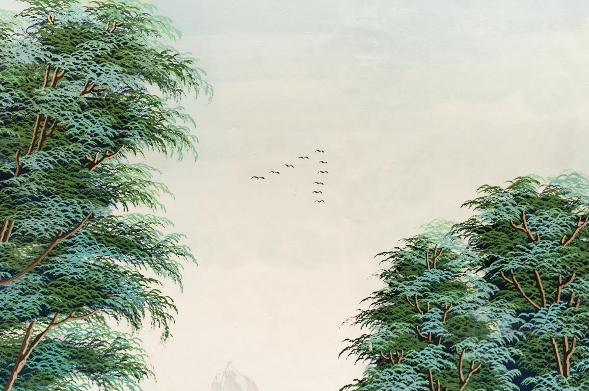 Väggmålning med pilastrar och väggfält med landskapsvy, sjö med stenbro, en eka och en plog med fåglar på himlen. Limfärg på papp.
