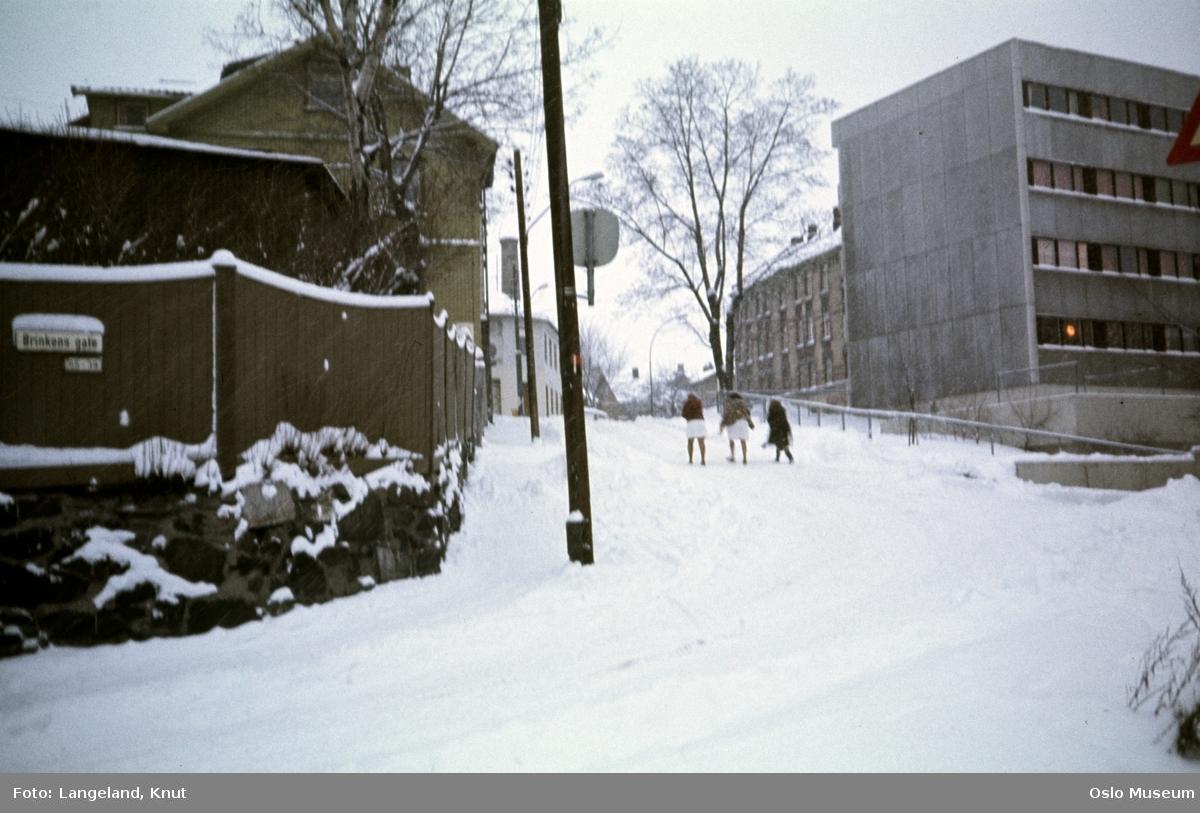 trehusbebyggelse, plankegjerde, Kampen sykehjem, bygårder, kvinner, snø