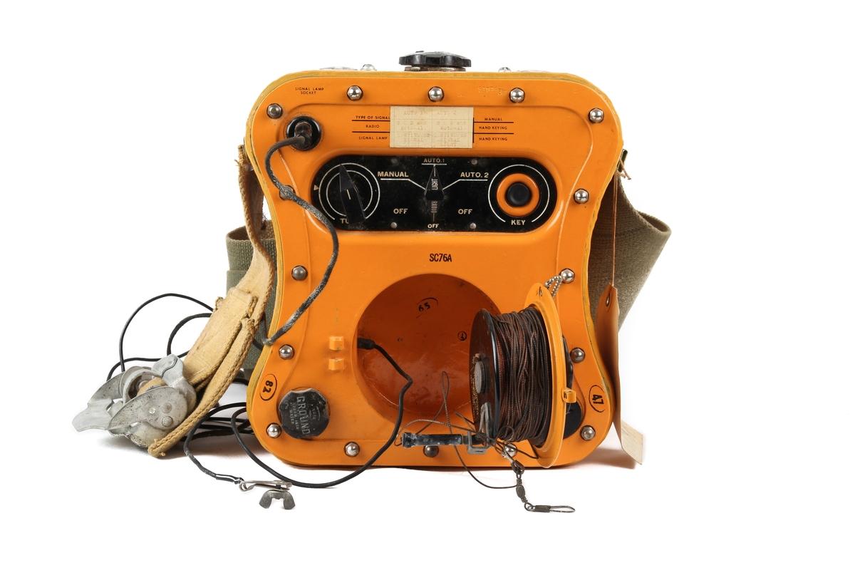 Nødradiosender med hånddrevet dynamo og lampe.