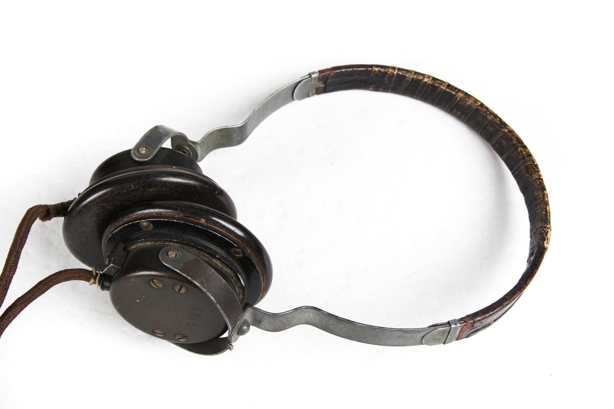 Radiosender med tilhørende øretelefoner og telefonrør.