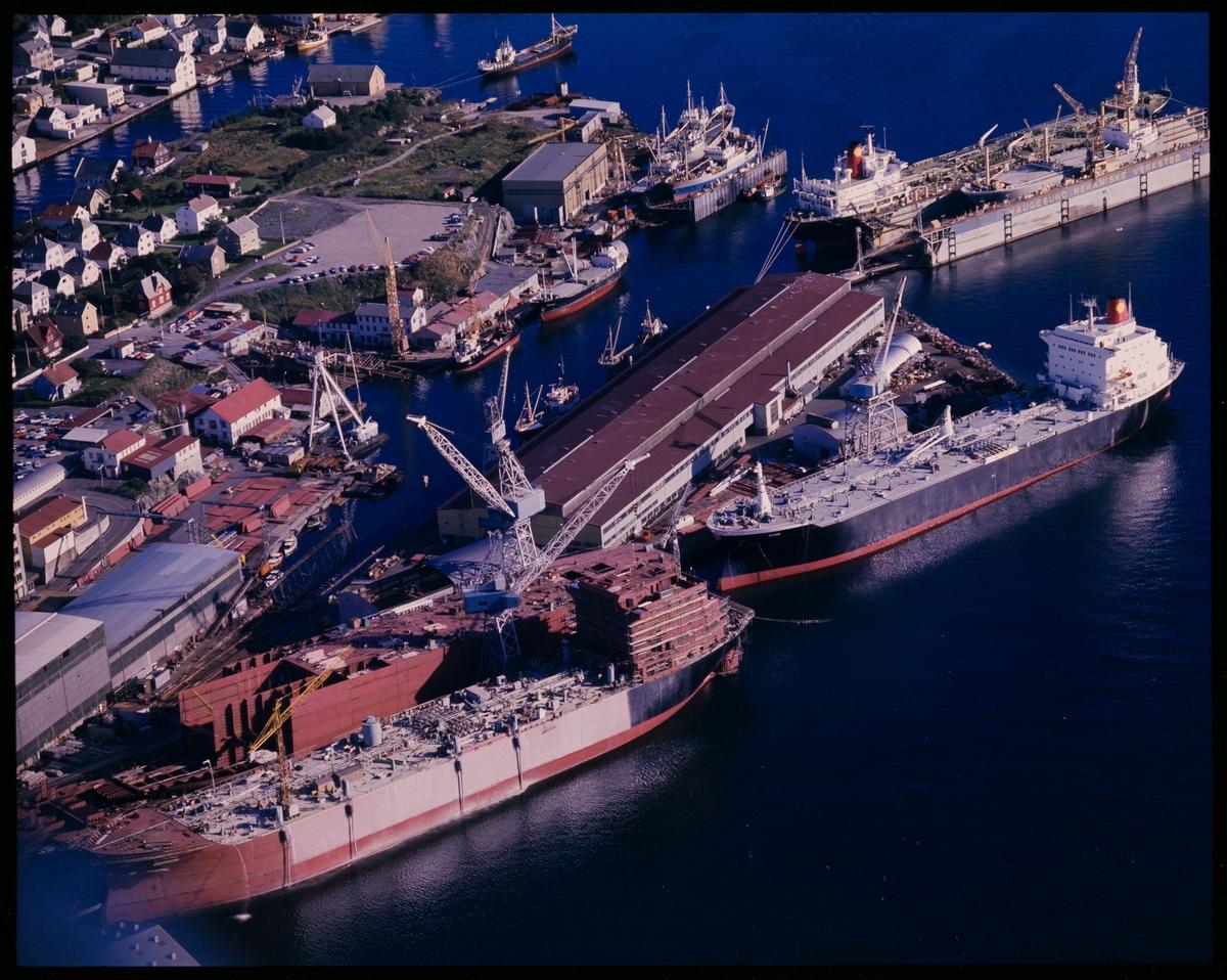 Flyfoto av Haugesund Mekaniske Verk med fire tankskip under bygging for Shell.