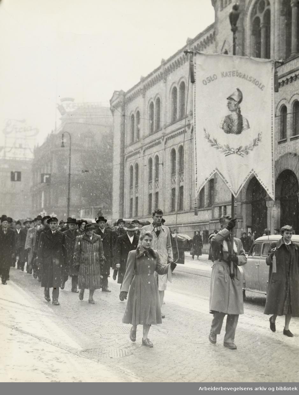 Katedralskolen feirer sitt 800 års jubileum med å gå i tog i Karl Johans gate Februar 1953