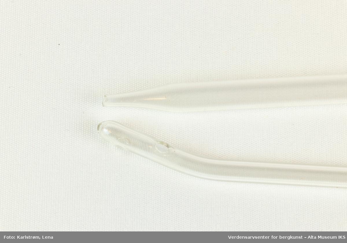 To sylinderformede pipetter.  En rett med smal ende. En med to tilstøtende hull i en buet spiss, og rullekant i toppen.