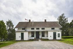 Hvit hus bygget i sveitserstil (Foto/Photo)