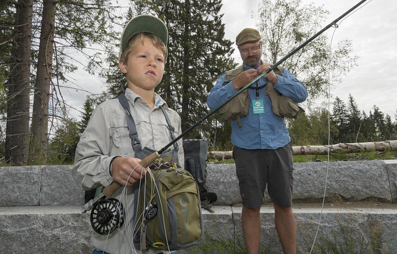 Faren Tore Litleré Rydgren er en viktig ildsjel i fluefiskemiljøet, og sammen dyrker de jakt- og fiskeinteressen.