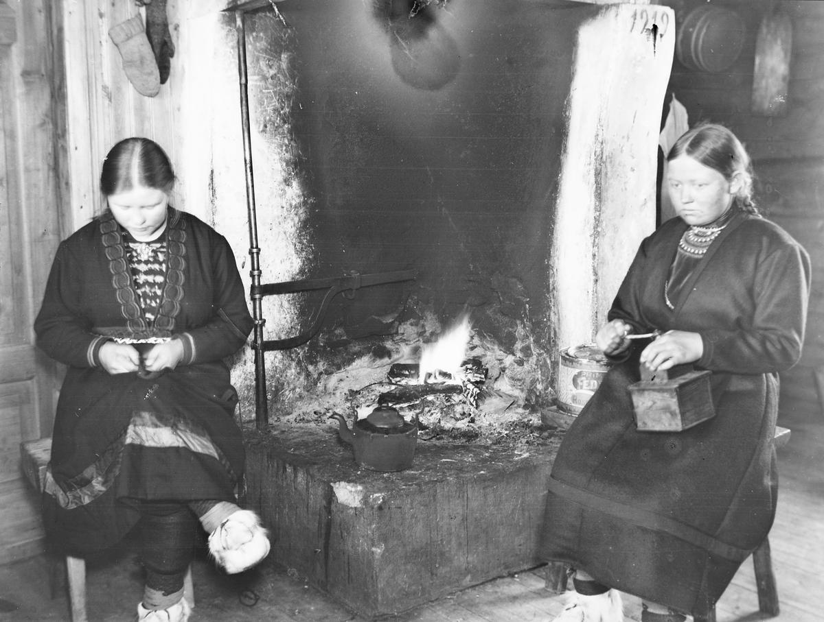 Anna og Kristine Jonsdt. Kjeldsberg ved grua i Vasslåtta.